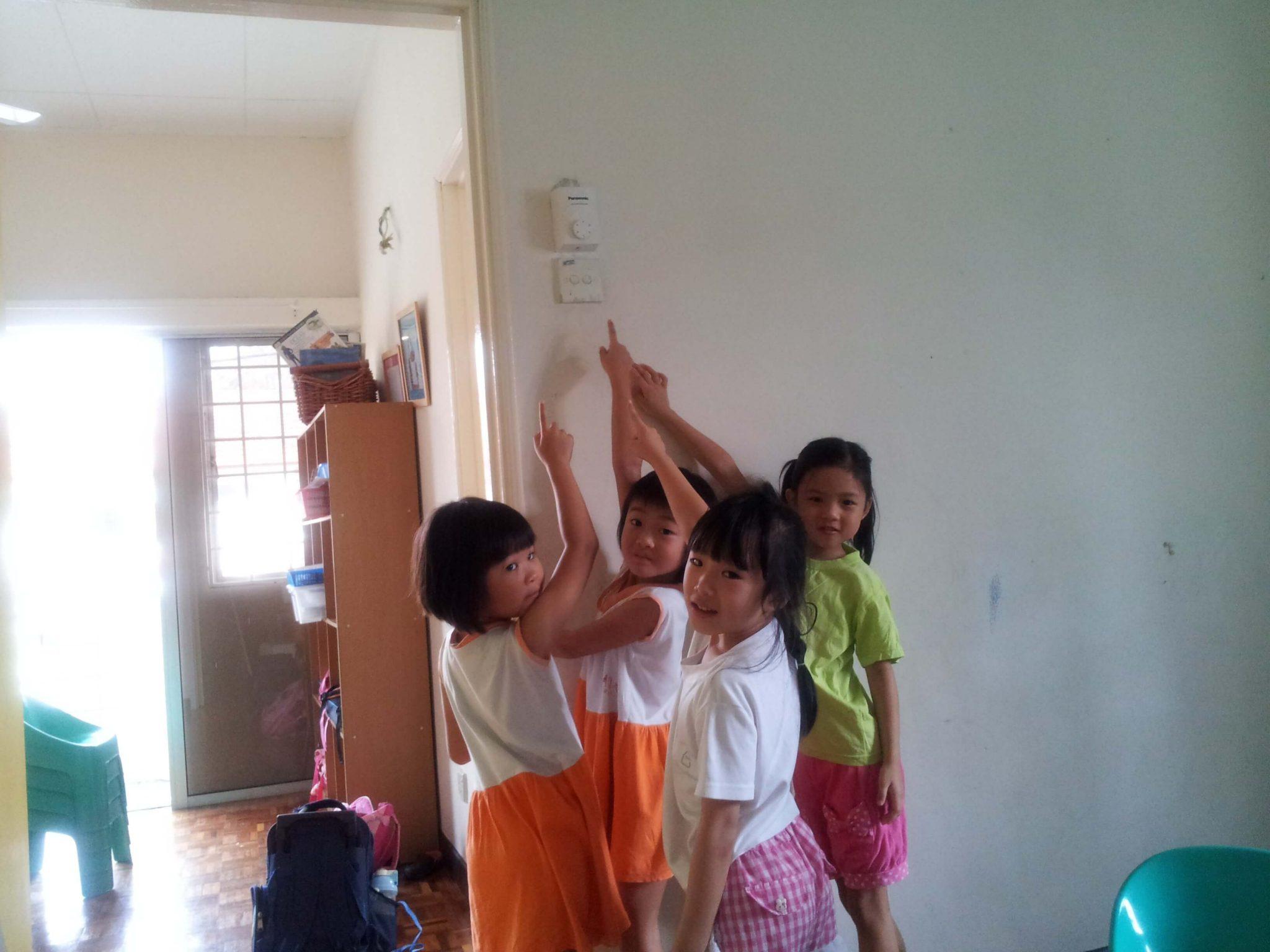 Childeren Save Eenergy